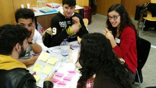 Jóvenes debatiendo propuestas en el marco del proyecto JovEU